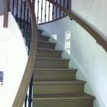 Gebogen trap met stalen spijlen