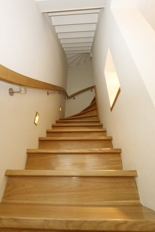 Tweekwart trappen van der geest trappen van der geest for Houten trap buiten