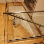 Tweekwart trap met glazen balustrade
