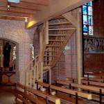 Tweekwart Iroko trap in kerk